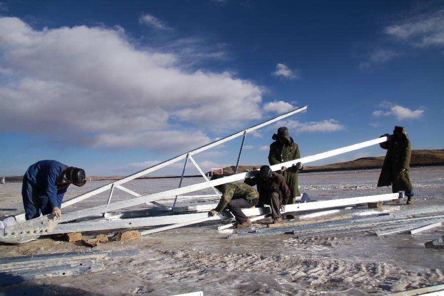 12月15日,在海拔4000多米的青海省果洛藏族自治州玛多县星星海工区,施工人员在封冻的沼泽上组建塔架。 作为玉树灾后重建重点项目之一,玉树与青海主网330千伏联网工程线路全长800多公里,是目前世界上海拔最高、线路最长的330千伏输变电工程。工程预计于2013年6月建成投运,届时将从根本上解决玉树地区缺电问题。目前工程线路基础已全部完成,铁塔组立已完成总任务量的67.