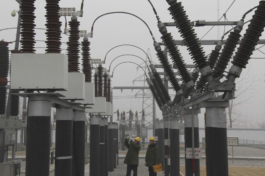 1月30日上午,国家电网山东省临沂市郯城县供电公司工作人员在雾中