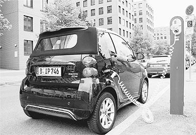 仔细观察,每部电动车的停车位上都配置了充电装置,以方便车主利用停车