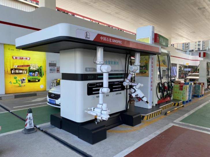 國內首款智能加油機器人在南寧投入試運行